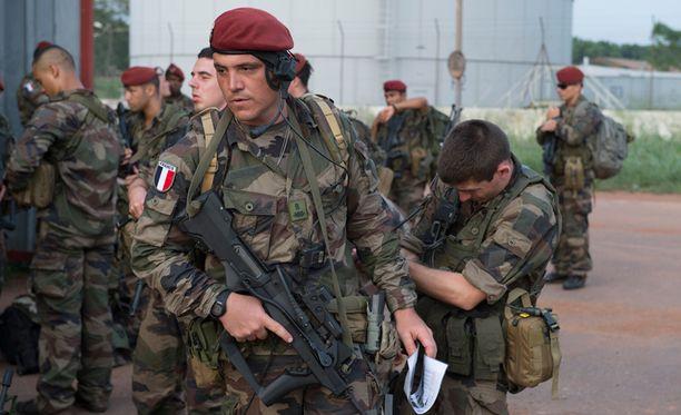 Ranskan puolustusministerin mukaan Ranska aikoo lähettää Keski-Afrikan tasavaltaan tuhat sotilasta ylläpitämään järjestystä.