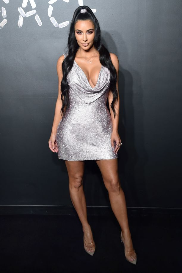 Maailman kuuluisimpiin naisiin lukeutuva Kim Kardashian on saanut osansa myös vihaajista, mutta ei todellakaan anna sen vaikuttaa seksikkääseen tyyliinsä. Tämä Kimin hopeamekko tuo mieleen Paris Hiltonin - takavuosien seksikkään pissistyylin ikonin - ikimuistoisen biletyylin 2000-luvun alusta.