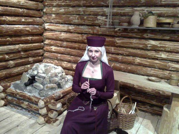 Vastaava museo-opas Tiina Hero esittää paremman väen mankbylaista emäntää askareissaan. Emännän juhla-asun kangas on tuontitavaraa Itämeren eteläpuolelta.