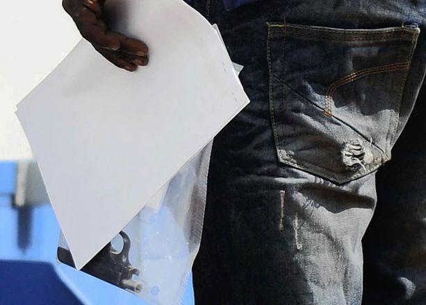 Poliisi kantoi Pistoriuksen asunnosta asetta, jolla Reeva Steenkamp uskotaan tulleen ammutuksi.