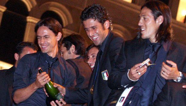 Milanin Filippo Inzaghi (vas.) yrittää päästä mestaruusjuhliin myös seurajoukkueensa kanssa. Tässä maailmanmestaruus-juhlaseurana Fabio Grosso ja Mauro Camoranesi.