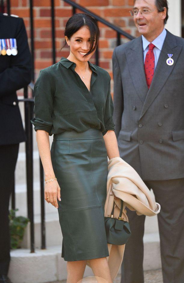 Hugo Bossin vihreä nahkahame ja saman sävyinen & Other Storiesin silkkipusero olivat kaunis yhdistelmä. Huomion vie myös Gabriela Hearstin upea satiinilaukku, joka on ollut vuoden isoimpia muotihittejä.
