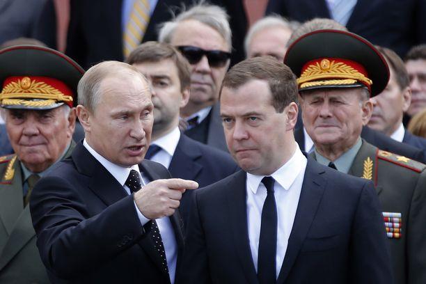 Venäjän presidentti Vladimir Putinin toive toukokuussa pidettävän voitonpäivän näyttävistä juhlallisuuksista voi kariutua koronakriisiin. Kuvassa Putin voitonpäivän juhlallisuuksissa vuonna 2014 yhdessä silloisen pääministeri Dmitri Medvedevin kanssa.