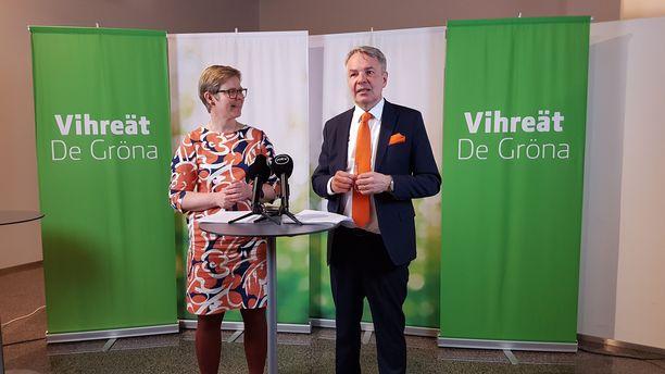 Vihreiden eduskuntaryhmän puheenjohtaja Krista Mikkonen ja puheenjohtaja Pekka Haavisto puoluevaltuuskunnan infossa sunnuntaina.
