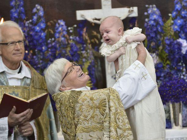 Kuvaas arkkipiispa Antje Jackelén pitelee sylissään Ruotsin prinssiä Nicolasta ristiäisissä vuonna 2015.