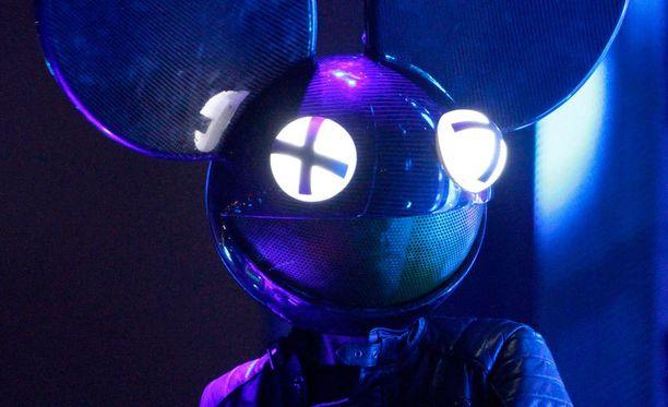 Deadmau5, oikealta nimeltään Joel Thomas Zimmerman, pukeutuu keikoillaan suureen hiirenpäähän.