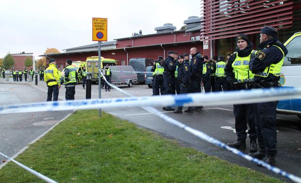 Kronanin koulun edusta täyttyi viime lokakuussa poliiseista.