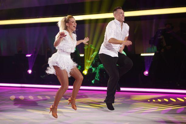 Krista Siegfrids esitti ensimmäisenä tanssinaan jiven.
