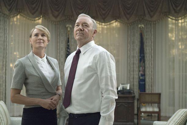 Frank Underwood (Kevin Spacey) ja Claire Underwood (Robin Wright) johtavat House of Cards -sarjassa Yhdysvaltoja lähes yhtä rautaisella otteella kuin Trump tosielämässä.
