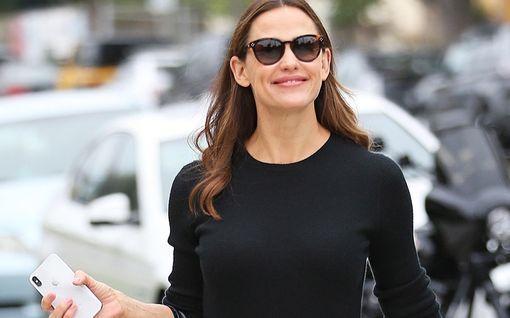 Jennifer Garner ammensi kauneusvinkkejä Reese Witherspoonilta – esiintyy hulvattomalla videolla lämpörullat kutreissaan