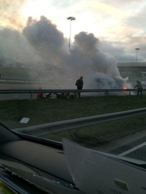 Kehä 3:lla palavasta autosta nousi runsaasti savua.