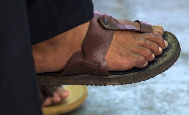 Mies menetti hermonsa ja hakkasi myyjän, joka ei suostunut palauttamaan rahoja käytetyistä sandaaleista. Kuvituskuva.