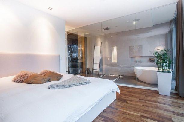 Makuuhuone voi olla myös supersimppeli. Jos vasta suunnittelet unelmiesi kotia, kannattaa harkita, sopisiko makuuhuoneen viereen pieni kotikylpylä - se tuo luksusta elämään!