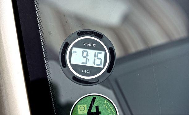 Tämän elektronisen pysäköintikiekon näyttöön tulee automaattisesti pysäköintiaika, kun moottori sammuu. Kuvan tapauksessa pysäköinnin katsotaan alkavan kello 9.30.