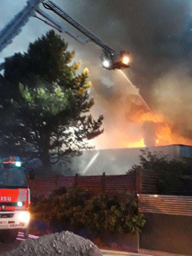 Palo oli jo levinnyt laajalle, kun pelastuslaitoksen yksiköt ehtivät kohteeseen.