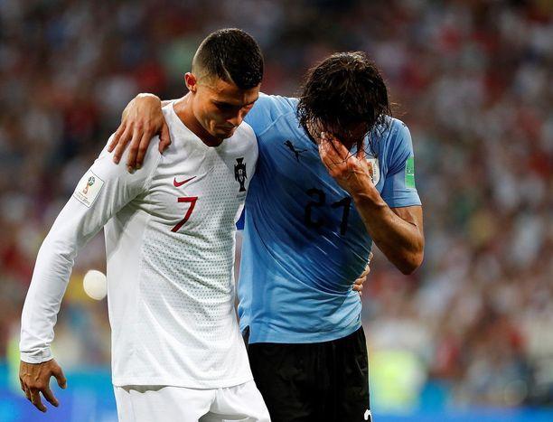 Portugalin kapteeni Cristiano Ronaldo auttoi tuskaisen Cavanin kentältä.