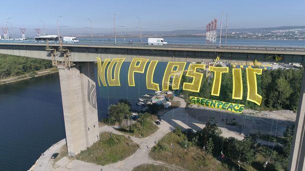 Greenpeace viritti viime vuoden elokuussa Bulgarian Varnaan valtavan bannerin kampanjoidakseen muoviroskaa vastaan.