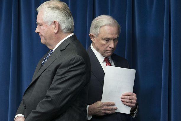 Jeff Sessions (takana) jääväsi itsensä Venäjän hakkerointiyrityksiä käsittelevästä tutkinnasta, sillä hän antoi väärää tietoa tapaamisistaan Venäjän suurlähettilään kanssa.