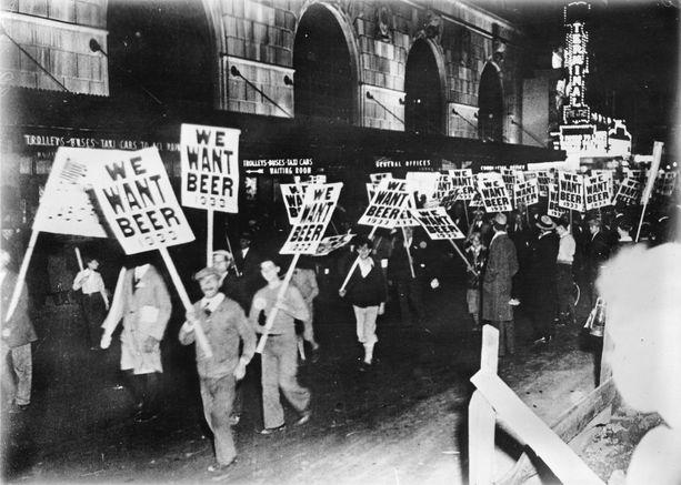 Janoisia mielenosoittajia New Yorkin kaduilla vuonna 1933.