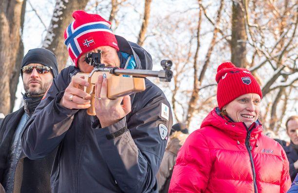 Haakon kokeili myös ampumista.