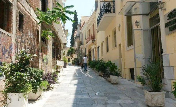 Maria Petraki työskentelee matkatoimistossa Ateenan Plakan kaupunginosassa. Maria ei itse halunnut tulla kuvatuksi.