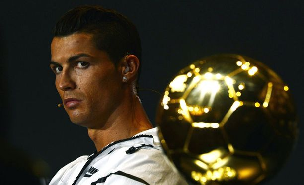 Cristiano Ronaldo pokkasi Kultaisen pallon itselleen.