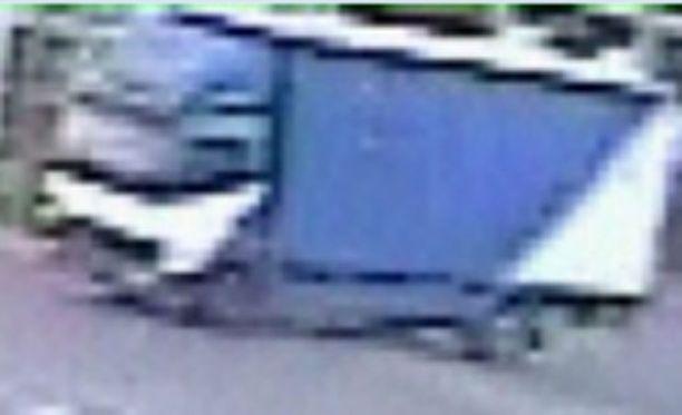 Valvontakameran kuva kuorma-autosta. Kuva on epätarkka, mutta näyttää ajoneuvon värityksen.