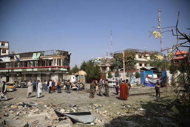 Taliban yrittää parhaillaan eliminoida tarkasti harkittuja henkilöitä. Kuvassa puolustusministeri Bismillah Khan Mohammadin asunnon edustalla tehdyn pommi-iskun jäänteitä Kabulissa elokuun 4. päivä.