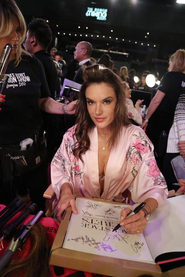 Alessandra Ambrosio on 36-vuotias ja esiintyy kuuluisassa show'ssa jo 17.:ttä kertaa. Hän on uhannut jäävänsä eläkkeelle Victoria's Secret -enkelin hommista tämän vuoden jälkeen.