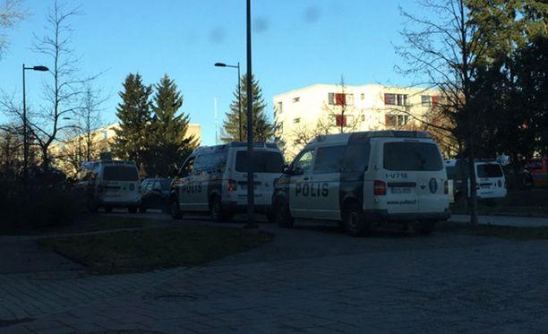 Klaukkalan keskustassa on silminnäkijöiden mukaan paikalla runsaasti poliiseja sekä Karhu-ryhmä.