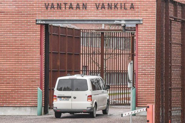 Syytetyn tutkinta-aresti muuttui perjantaina vankeudeksi. Kuvassa Vantaan vankilan portti.