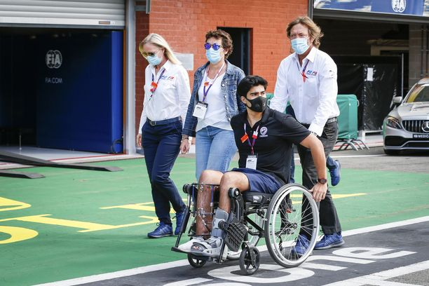 Juan Manuel Correa oli pyörätuolissa vielä vuosi onnettomuuden jälkeen. Mies vieraili Span varikolla viime vuonna.