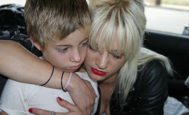 Asia Argento ja Jimmy Bennett esittivät äitiä ja poikaa vuoden 2004 Petollinen on ihmissydän -elokuvassa.