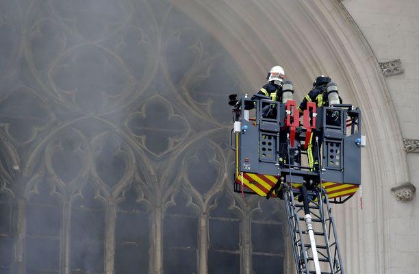 Murhasta ja tuhopoltosta epäilty oli työskennellyt vapaaehtoisena Nantesin katedraalissa.