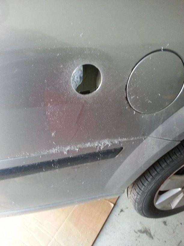 Joskus kaasupistoketta varten auton kylkeen pitää kairata reikä.