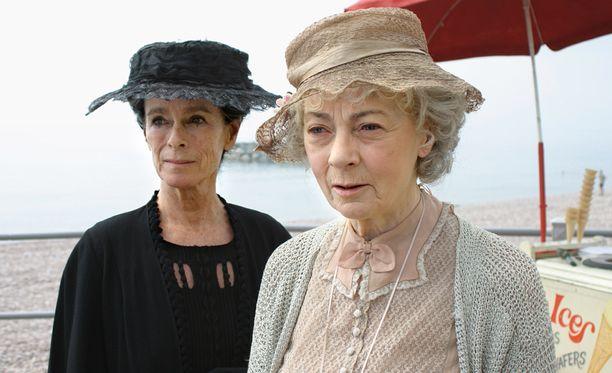 Neiti Marple kiinnostaa uusintanakin suomalaisia tv-katsojia. Kuvassa neiti Jane Marple (Geraldine McEwan, oik.) ja rouva Fane (Geraldine Chaplin).
