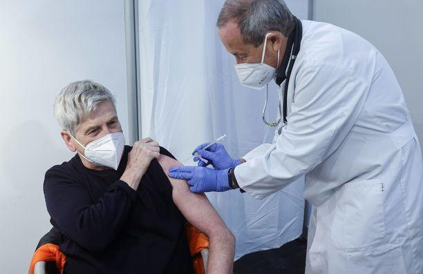 Useat maat ovat jo aloittaneet omat rokotuskampanjansa koronavirusta vastaan.