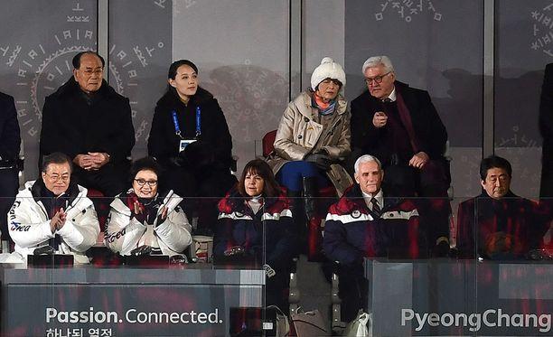 Pyeongchangin olympiastadionin kutsuvierasaitiossa Etelä-Korean presidentti Moon Jae-in (edessä vasemmalla), Kim Yo-jong (takana toinen vasemmalta) ja USA:n varapresidentti Mike Pence (edessä toinen oikealta).