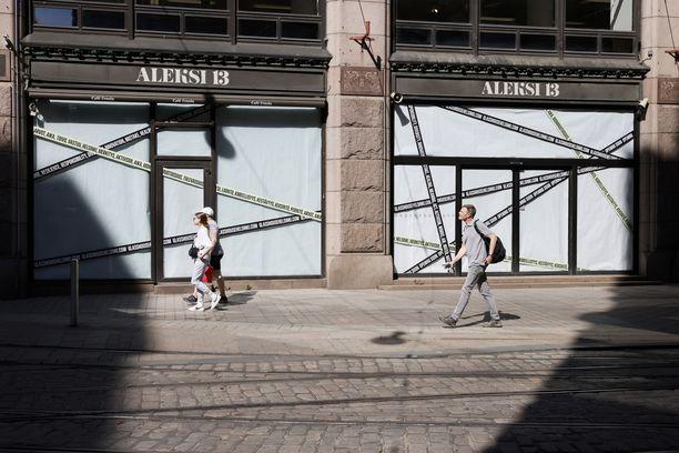 Aleksi 13 sulki ovensa Aleksanterinkadulla yli 50 vuoden jälkeen. Ensimmäisen kerroksen ikkunat on peitetty paperein ja teipein, kun yläkerroksien ikkunoista kevään valo siivilöityy tyhjiin seiniin.