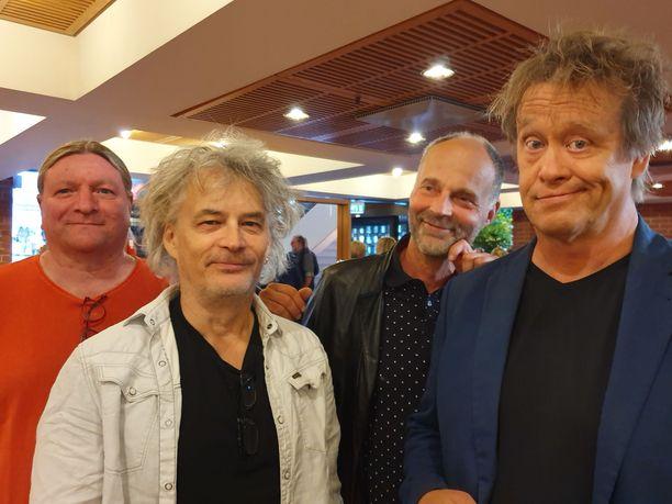 Muusikot Juha Torvinen ja Aku Syrjä (keskellä) pysyvät mielellään aktiivisena.