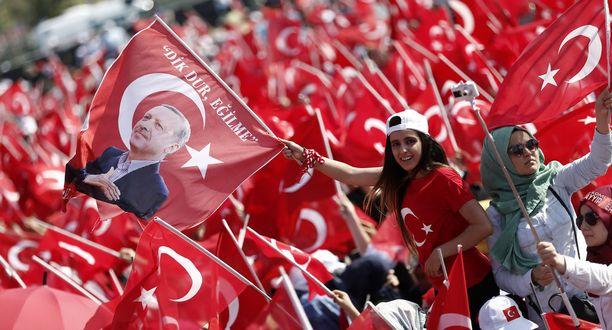 Turkkilaiset vastustivat vallankaappausyritystä ja kunniottivat 240 ihmistä, jotka menehtyivät yrityksessä.