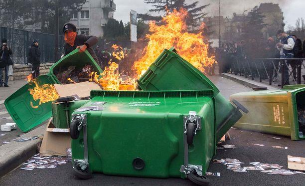 Pariisissa on mellakoitu poliisin väkivaltaa vastaan.