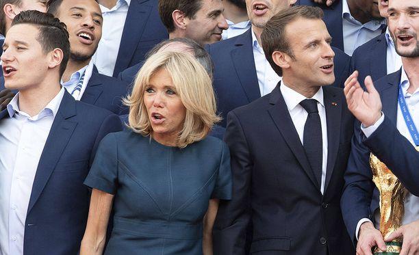 """Brigitte Macronia on kutsuttu Ranskassa puolisonsa """"salaiseksi aseeksi"""". Kuvassa Macronit Ranskan voittoisan jalkapallojoukkueen kanssa."""