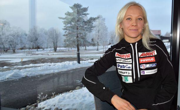 Kaisa Mäkäräinen viihtyy tunnelmallisessa Östersundissa. Naisen voittokulku maailmancupissa alkoi vuonna 2010 juuri näistä maisemista Ruotsin sisämaassa Vaasan korkeudella.