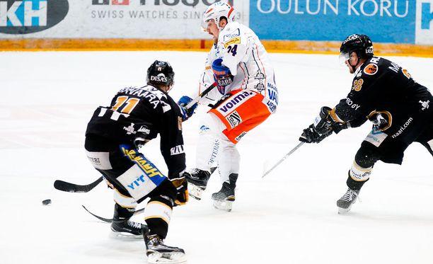 Markus Nutivaara (vasemmalla) pelasi keskiviikkona isot minuutit.