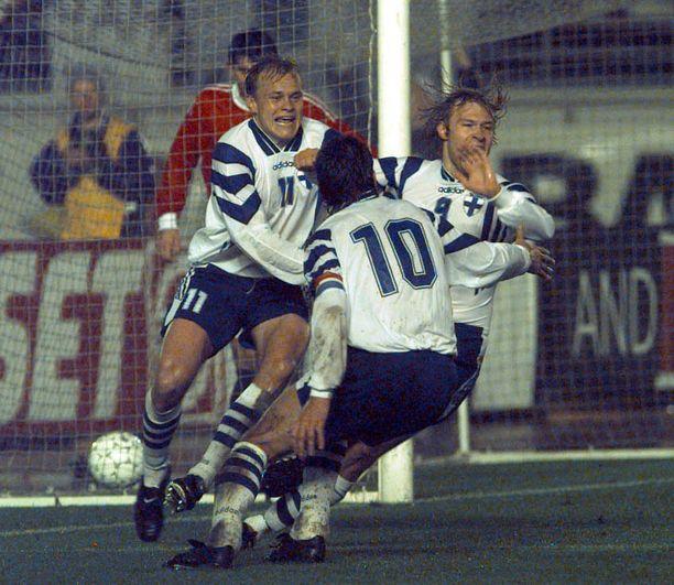 Tässä vaiheessa kaikki oli vielä loistavasti. Mixu Paatelainen, Jari Litmanen ja Antti Sumiala juhlivat 1-0-maalia.