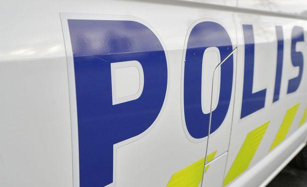 Poliisi kaipaa yleisön vihjeitä Karjaalla torstaina tapahtuneeseen S-marketin ryöstöön.