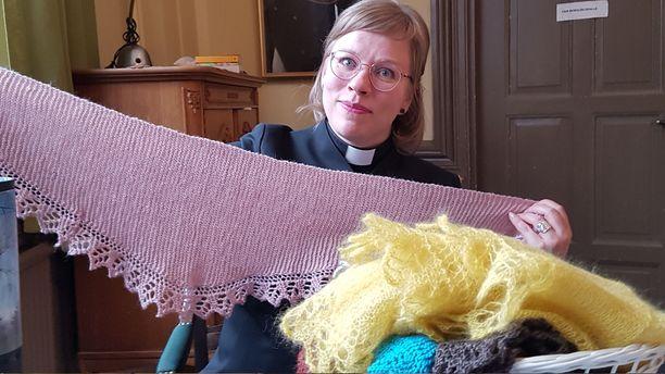 Pastori Minnamaria Tammisalon sosiaalisessa mediassa tiedottama lohtuhuivi-idea on paisunut Suomessa valtaviin mittoihin, ihmiset kokevat lämpimän huivin lohduttavaksi surussa.