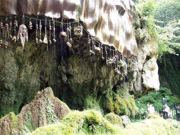 """""""Kirottu lähde"""" kummastutta aina vain. Se sijaitsee kuulun ennustajan Äiti Shiptonin mukaan nimetyn luolan luona."""