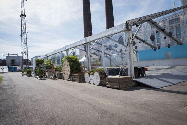 Suvilahti itsessään on kovaa teollisuusaluetta, mutta Flow'n tekonurmet ja kasveja pursuavat installaatiot ja koristeet tekevät alueesta kauniin vehreän.